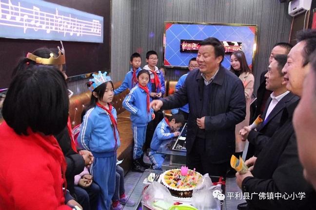 7. 崔光華會長深入留守兒童之家,陪伴留守兒童度過一個溫馨的生日.jpg